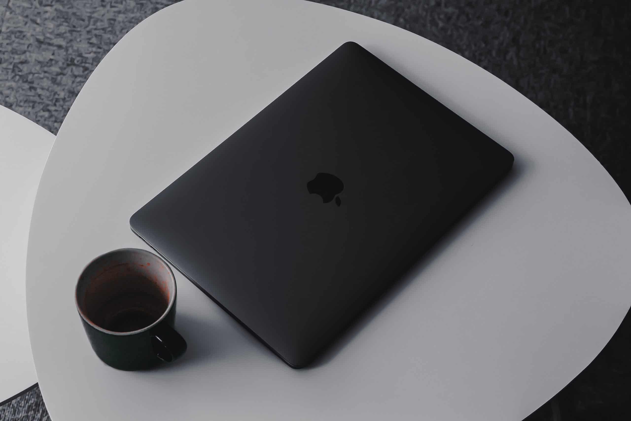 Ordinateur portable sur une table basse avec un café
