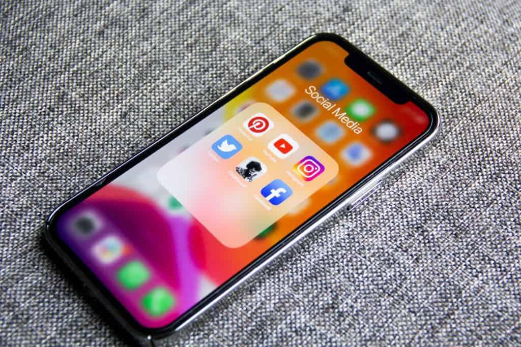 Téléphone cellulaire présentant l'application Clubhouse