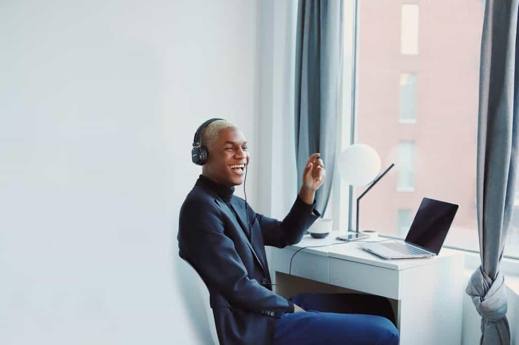 Une personne écoutant l'application clubhouse