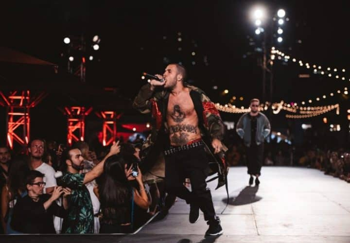 Défilé Gentleman Urbain sur scène, le chanteur du groupe Ragers cour micro à la main